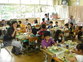 教育委員のみなさんと会食する子どもたち