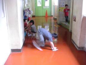 廊下のぞうきんがけをする2年生のみなさん
