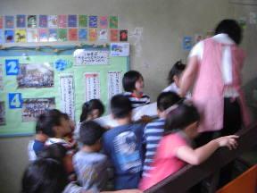 みんなで力を合わせ2階の教室へ運びました