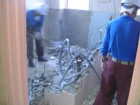 新館校舎2階トイレ工事の様子です\