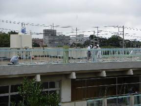 本館校舎屋上では,防水工事のため,コンクリートをはがす作業が行われていました(10:10)