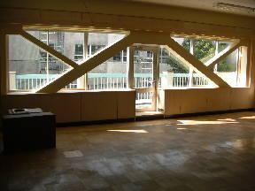1年3組の教室 窓側には棚があります。\
