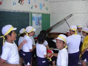 ピアノ伴奏に合わせて応援歌を歌う子どもたち