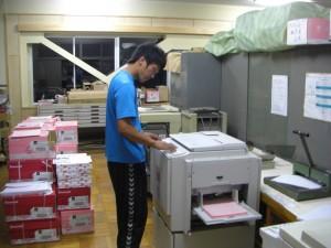 プログラムを印刷する体育部担当職員