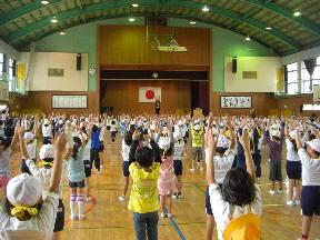 ラジオ体操をする子どもたち