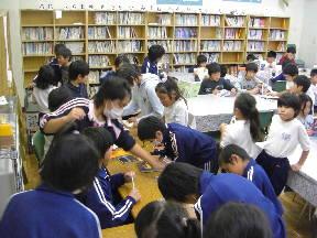 昼休みの図書室(13:15)