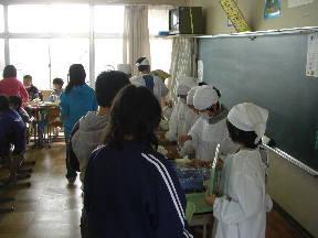 給食の配膳をする子どもたち