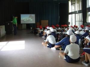 入所の集い 施設説明のDVDを視聴する子どもたち