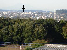 本校屋上から見た富士山(矢印)直線距離で約180kmあります\