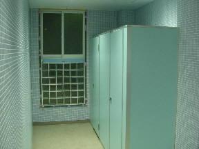 自動で点灯する男子トイレ内部です\\