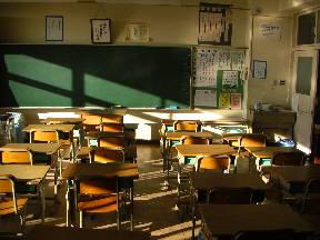新館校舎3階の教室 朝日が教室の奥までさしこんでいます(8:10)