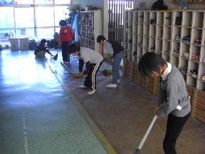 熱心に掃除をする4の1の子どもたち