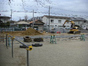 駐車場の排水溝工事が進行中です\