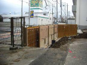国道51号線側の外塀工事の様子\
