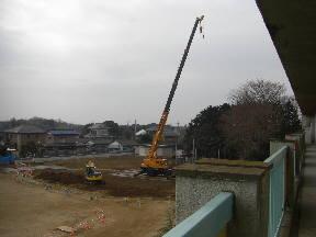 防球ネットの支柱が移設されました。(5年高安薫子さん撮影)\