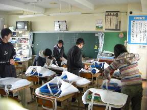 6年教室で,子どもたちの作品などを作品袋に入れました