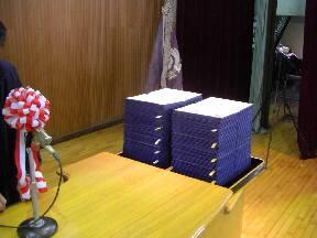 104名分の卒業証書が壇上に用意されました(7:30)