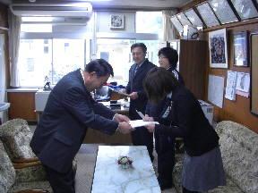 校長先生から異動する教職員に辞令が交付されました(14:05)