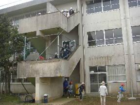 校舎から非常用階段で避難をする子どもたち(9:40)