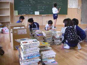 学級から図書館に本を運んできました