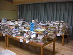 表紙を磨きカバーをかけ登録をする本 約7000冊あります\