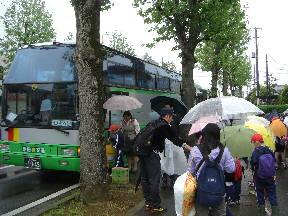 バスに乗車する子どもたち(8:12)