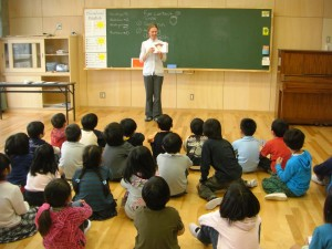 NLTの先生が提示するカードを見て元気よく発音する子どもたち