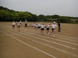 6年男子リレー練習のひとこま