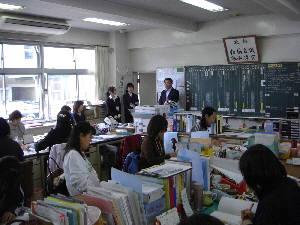 校長先生から紹介を受ける教育実習生(8:10)