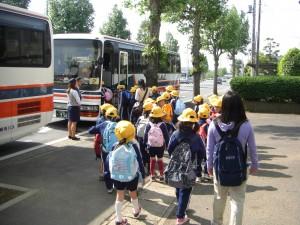 バスに乗車する子どもたち(8:00)