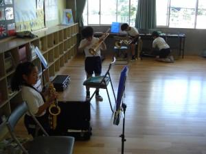 ていねいに楽器の手入れをする子どもたち(13:28)