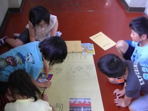 新聞形式の資料を作る子どもたち(15:00)