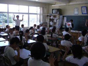 手話のクイズに正解し,みんなで手話の「拍手」をしました