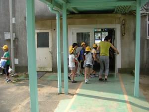 登校してきた子どもたち,先生と一緒に教室へと向かいました(7:50)