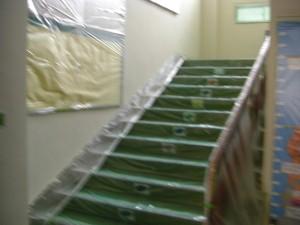 印刷室前から1年教室に通じる階段 塗装工事進行中