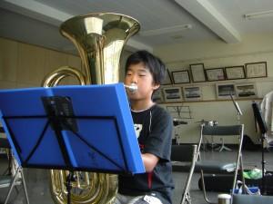 楽譜を見ながら繰り返し練習する吹奏楽部員(8:30)