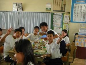 楽しい雰囲気の中で食事をする6年生(撮影:6年塙君)\