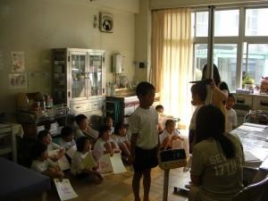 身長や体重を測定する子どもたち