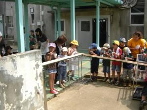 流しソーメンに舌鼓をうつ児童クラブの子どもたち(13:00)