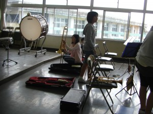 準備を進める吹奏楽部のみなさん(13:05) 4年林さん撮影