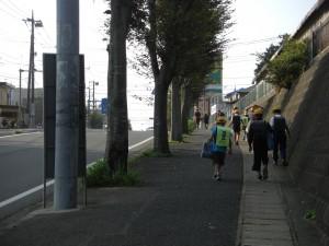学校まであと少し 坂道を登る子どもたち(7:50)
