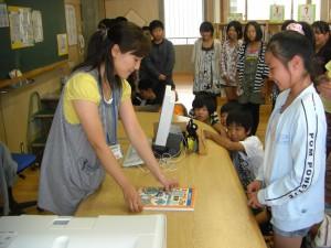 学級の代表児童が,貸し出しの体験を行いました。\