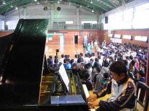 ピアノの伴奏に合わせて歌う子どもたち(8:40)