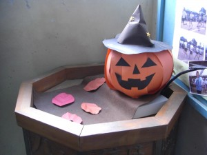 ATの先生自作のハロウィンの飾りです。\