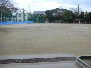 雨天のためグラウンドに一部水たまりができています(6:45)