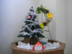 本館校舎階段の踊り場にあるすてきなクリスマスの飾りです\