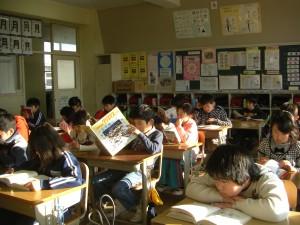 集中して読書をする子どもたち(8:15)