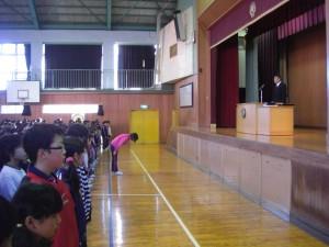 児童会長さんの元気なあいさつで,表彰朝会が始まりました。(8:10)