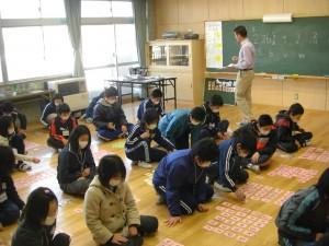 NLTの先生の発音を集中して聞く6年生(9:55)