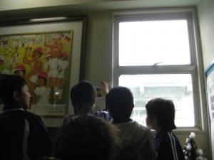 階段の壁にポスターを貼る子どもたち(10:25)